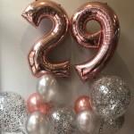 Ballonstrauss aus Zahlen- und Konfettiballons zum 29. Geburtstag