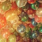 Deckendekoration mit Heliumballons
